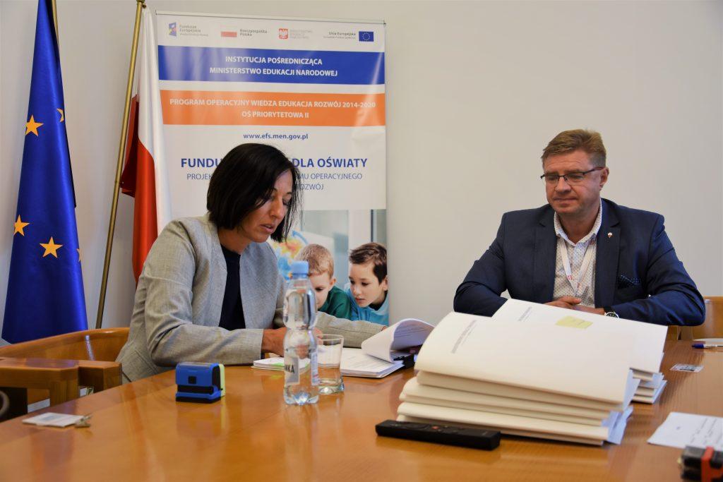 zdjęcie: podpisanie umowy pomiędzy przedstawicielką firmy Eduexpert Sp. z o.o. i Zastępcą Dyrektora Departamentu Funduszy Strukturalnych
