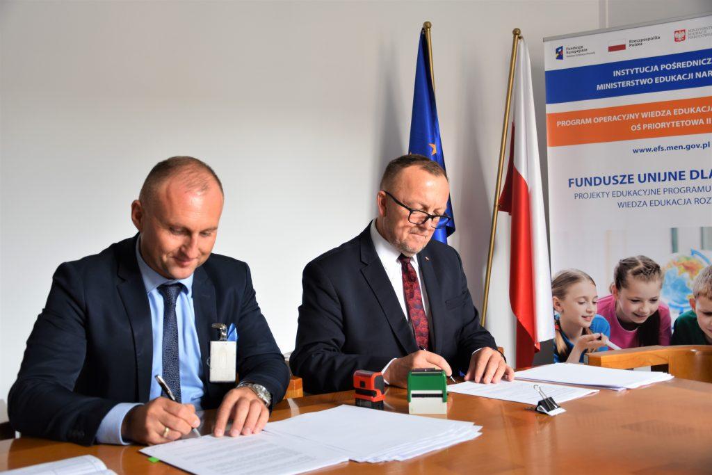 zdjęcie: podpisanie umowy pomiędzy przedstawicielami Powiatu Jarosławskiego a Zastępcą Dyrektora Departamentu Funduszy Strukturalnych