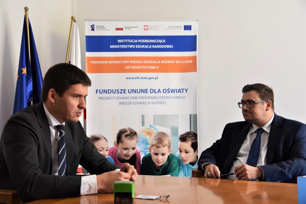 zdjęcie: podpisanie umowy pomiędzy przedstawicielem fundacji Ogólnopolski Operator Oświaty a Dyrektorem Departamentu Funduszy Strukturalnych