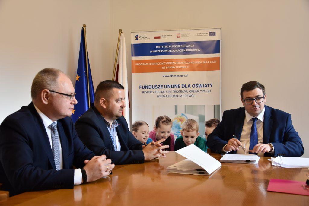 zdjęcie: podpisanie umowy pomiędzy przedstawicielami Instytutu Badań Edukacyjnych i Dyrektorem Departamentu Funduszy Strukturalnych