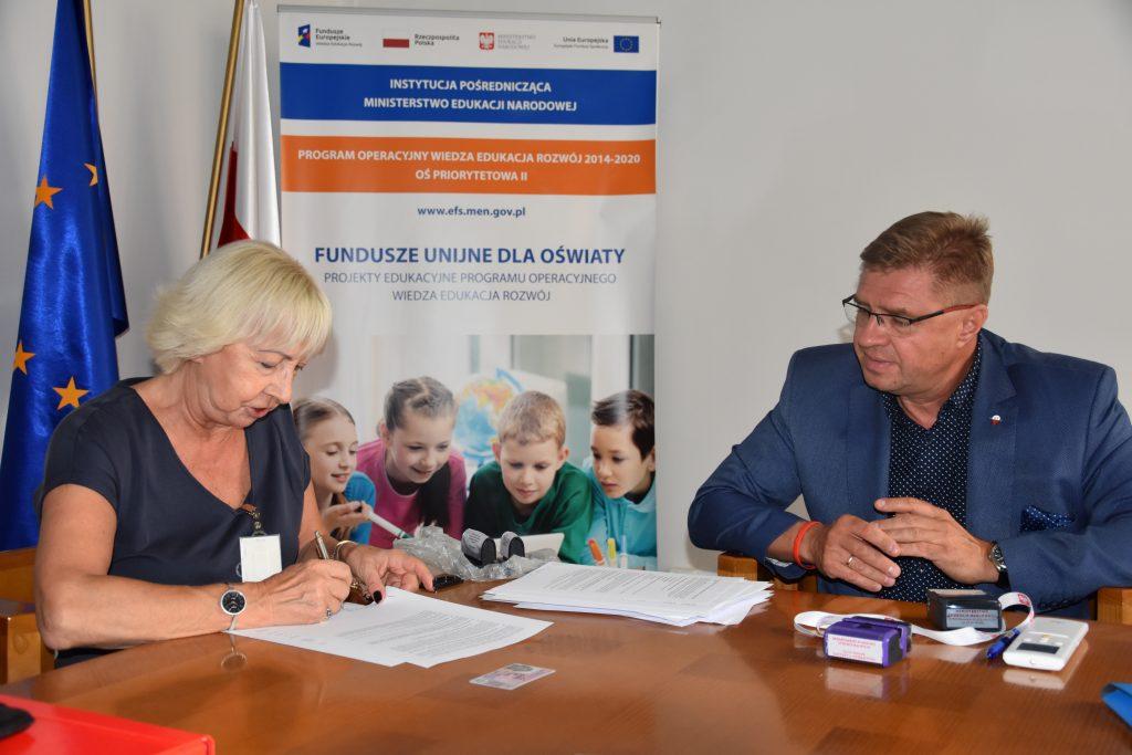 Podpisanie umowy. Na zdjęciu  przedstawicielka firmy Eduexpert Sp. z o.o. i Zastępca Dyrektora Departamentu Funduszy Strukturalnych