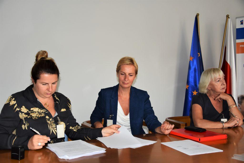 Podpisanie umowy. Na zdjęciu przy stole siedzą dwie przedstawicielki firmy Eduexpert Sp. z o.o. i Zastępca Dyrektora Departamentu Funduszy Strukturalnych