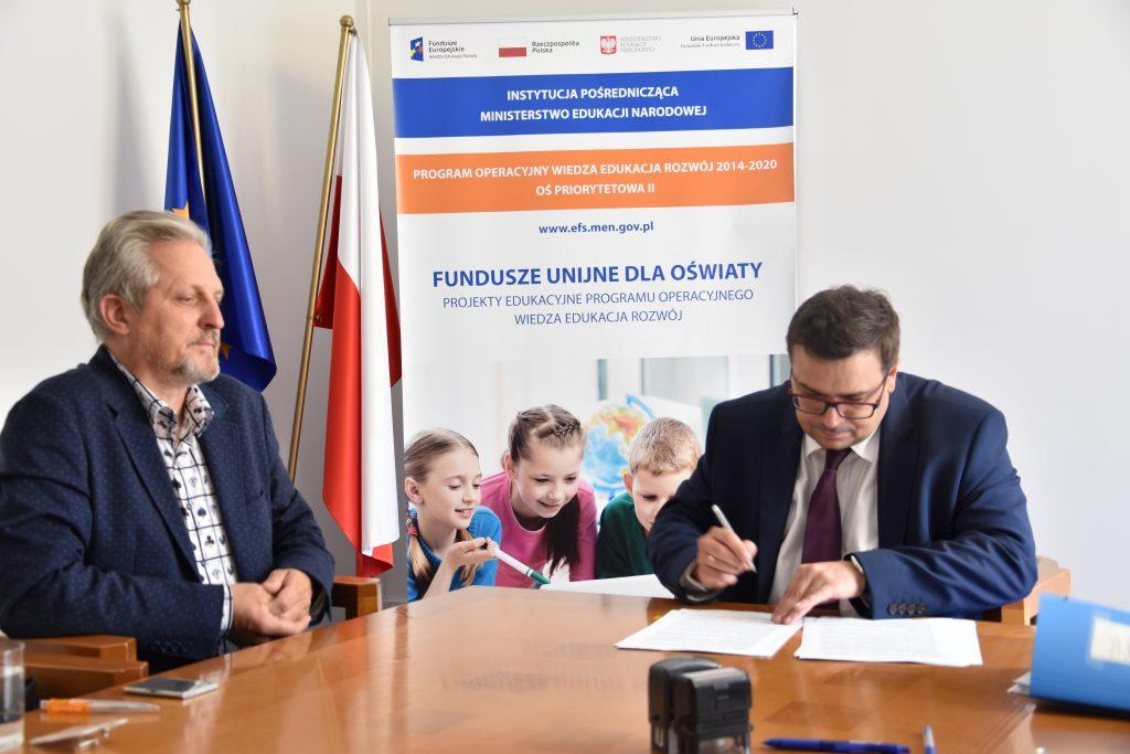 """zdjęcie: podpisanie umowy pomiędzy przedstawicielem Fundacji Ekologicznej """"Wychowanie i Sztuka"""" ELEMENTARZ a Dyrektorem Departamentu Funduszy Strukturalnych"""