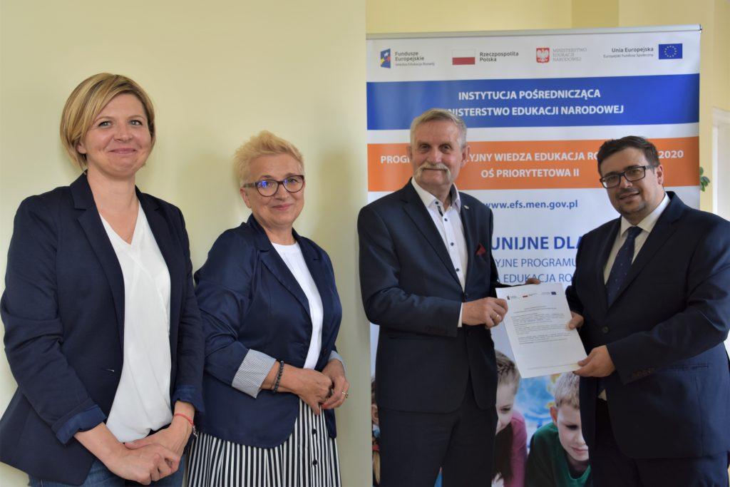 zdjęcie: podpisanie umowy pomiędzy przedstawicielami Narodowego Instytutu Kultury i Dziedzictwa Wsi i Departamentu Funduszy Strukturalnych